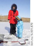 Зимняя рыбалка с мамой. Маленький ребенок с женщиной на льду. Стоковое фото, фотограф Ivanikova Tatyana / Фотобанк Лори