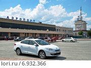 Купить «Город Тюмень. Белый автомобиль перед аэропортом Рощино», фото № 6932366, снято 25 июня 2014 г. (c) Александр Тараканов / Фотобанк Лори