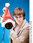 Купить «Молодой мужчина с камерой и шапкой деда Мороза», фото № 6932714, снято 15 октября 2009 г. (c) Мария Разумная / Фотобанк Лори
