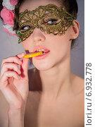 Купить «Портрет соблазнительной девушки, которая ест мармелад», фото № 6932778, снято 4 марта 2014 г. (c) Наталья Степченкова / Фотобанк Лори