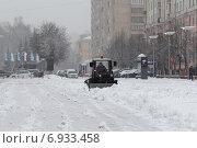 Купить «Балашиха, снегоуборочная техника на улице города», эксклюзивное фото № 6933458, снято 23 декабря 2014 г. (c) Дмитрий Неумоин / Фотобанк Лори