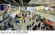 Купить «Пассажиры в аэропорту Схипхол (Schiphol), Амстердам», видеоролик № 6935054, снято 16 сентября 2014 г. (c) FMRU / Фотобанк Лори