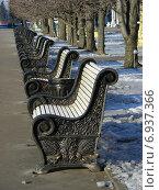 Купить «Скамеки в ряд на ВДНХ (BBЦ) зимой», эксклюзивное фото № 6937366, снято 21 января 2015 г. (c) lana1501 / Фотобанк Лори