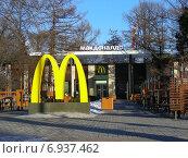 """Купить «Ресторан """"Макдоналдс"""" на ВДНХ (ВВЦ) в Москве», эксклюзивное фото № 6937462, снято 21 января 2015 г. (c) lana1501 / Фотобанк Лори"""