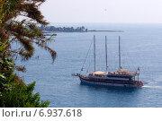 Корабль заходит в бухту. Турция. (2014 год). Редакционное фото, фотограф Александра Иванова / Фотобанк Лори