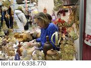 Купить «Православная ярмарка на ВДНХ, торговля плетеными изделиями», эксклюзивное фото № 6938770, снято 28 декабря 2014 г. (c) Дмитрий Неумоин / Фотобанк Лори