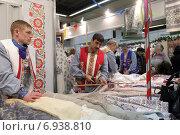 Купить «Православная ярмарка на ВДНХ», эксклюзивное фото № 6938810, снято 28 декабря 2014 г. (c) Дмитрий Неумоин / Фотобанк Лори