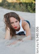Девушка позирует лежа на песке на пляже. Стоковое фото, фотограф Evhen Marienko / Фотобанк Лори