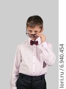 Купить «Портрет мальчика в розовой рубашке и очках», фото № 6940454, снято 21 января 2015 г. (c) Дмитрий Боков / Фотобанк Лори
