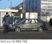Купить «Частный извозчик ожидает пассажиров на Уральской улице в Москве», эксклюзивное фото № 6940742, снято 21 января 2015 г. (c) lana1501 / Фотобанк Лори
