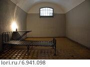 Пустая тюремная камера, Петропавловская крепость в Санкт-Петербурге (2014 год). Редакционное фото, фотограф Алексей Кокоулин / Фотобанк Лори