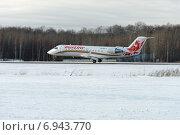 Купить «Момент касания взлетной полосы самолетом Bombardier CRJ 100 компании «Руслайн»», фото № 6943770, снято 26 января 2015 г. (c) Nikolay Pestov / Фотобанк Лори
