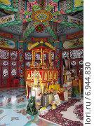Купить «Внутреннее убранство в храме Wat Thavorn Wararam в Канчанабури, Таиланд», фото № 6944830, снято 11 января 2015 г. (c) Natalya Sidorova / Фотобанк Лори