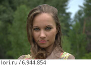 Портрет девушки на фоне зелёных деревьев. Стоковое фото, фотограф Evhen Marienko / Фотобанк Лори