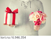 man holding bouquet of flowers and gift box, фото № 6946354, снято 6 марта 2013 г. (c) Syda Productions / Фотобанк Лори