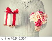 Купить «man holding bouquet of flowers and gift box», фото № 6946354, снято 6 марта 2013 г. (c) Syda Productions / Фотобанк Лори