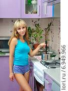 Купить «Девушка готовит суп», фото № 6949966, снято 31 августа 2013 г. (c) Арестов Андрей Павлович / Фотобанк Лори