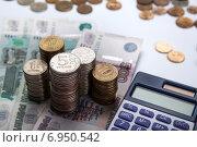 Купить «Монеты на купюрах и калькулятор. Российские рубли», фото № 6950542, снято 31 января 2015 г. (c) Александр Калугин / Фотобанк Лори
