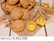 Купить «Печенье из полбовой муки на фоне колосков», фото № 6952938, снято 13 декабря 2014 г. (c) Зябрикова Надежда / Фотобанк Лори