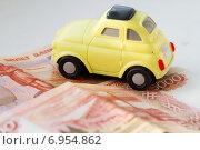 Купить «Игрушечный автомобиль на пятитысячной рублевой купюре», фото № 6954862, снято 1 февраля 2015 г. (c) Момотюк Сергей / Фотобанк Лори