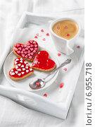 Купить «Белый поднос с чашкой кофе и печеньем в постель для любимой в день святого Валентина», фото № 6955718, снято 1 февраля 2015 г. (c) Лариса Дерий / Фотобанк Лори