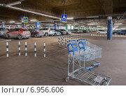 Купить «Самара. Автомобильная парковка торгового комплекса Мега», фото № 6956606, снято 19 января 2018 г. (c) FotograFF / Фотобанк Лори