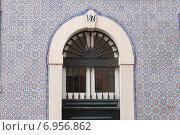 Купить «Дом, облицованный плиткой с орнаментом. Лиссабон, Португалия», фото № 6956862, снято 26 октября 2014 г. (c) Мария Николаева / Фотобанк Лори