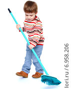 Купить «Маленький мальчик подметает пол щеткой», фото № 6958206, снято 20 сентября 2014 г. (c) Сергей Колесников / Фотобанк Лори
