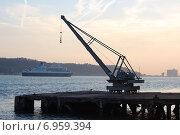 Купить «Портовый кран для погрузочно-разгрузочных работ», фото № 6959394, снято 26 октября 2014 г. (c) Мария Николаева / Фотобанк Лори