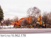 Два работающих гусеничных экскаватора, оснащённых гидромолотом и ковшом. Москва (2015 год). Редакционное фото, фотограф Владимир Устенко / Фотобанк Лори