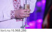 Купить «Бокал шампанского в руке», видеоролик № 6968286, снято 9 января 2015 г. (c) Потийко Сергей / Фотобанк Лори