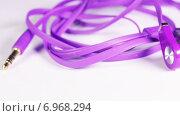 Купить «Фиолетовые наушники», видеоролик № 6968294, снято 16 мая 2014 г. (c) Потийко Сергей / Фотобанк Лори