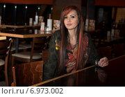 Яркая красивая молодая женщина с красными волосами за барной стойкой в кафе. Стоковое фото, фотограф Анастасия Кузьмина / Фотобанк Лори