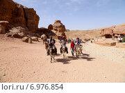 Купить «Туристы с бедуинами в древнем городе Петра, Иордания», фото № 6976854, снято 9 апреля 2014 г. (c) Владимир Журавлев / Фотобанк Лори