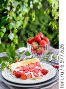 Купить «Strawberry cake on wooden tray in summer garden. Party dessert», фото № 6977626, снято 18 июня 2019 г. (c) BE&W Photo / Фотобанк Лори