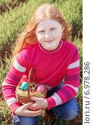 Купить «happy girl with Easter eggs outdoor», фото № 6978286, снято 19 апреля 2014 г. (c) Майя Крученкова / Фотобанк Лори