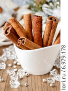 Купить «Cinnamon sticks in christmas festive setting», фото № 6979178, снято 18 августа 2018 г. (c) BE&W Photo / Фотобанк Лори