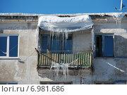 Купить «Фрагмент пятиэтажного жилого дома в Малоярославце Калужской области», эксклюзивное фото № 6981686, снято 2 марта 2011 г. (c) lana1501 / Фотобанк Лори