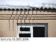 Купить «Весенние сосульки свисают с крыши», эксклюзивное фото № 6981694, снято 2 марта 2011 г. (c) lana1501 / Фотобанк Лори