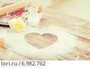 Купить «close up of heart of flour on wooden table at home», фото № 6982762, снято 21 января 2014 г. (c) Syda Productions / Фотобанк Лори