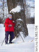Купить «Женщина на лыжной прогулке устала и прислонилась к дереву», фото № 6983194, снято 6 февраля 2015 г. (c) Александр Романов / Фотобанк Лори