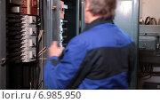 Купить «Электрик, открывает бокс высокого напряжения для проверки», видеоролик № 6985950, снято 10 января 2015 г. (c) Кекяляйнен Андрей / Фотобанк Лори