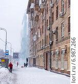 Рабочие коммунальных служб сбрасывают снег с крыши (2015 год). Редакционное фото, фотограф Павел Ерыкин / Фотобанк Лори