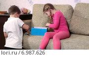 Купить «Брат и сестра играют вместе на диване», видеоролик № 6987626, снято 12 января 2015 г. (c) Кекяляйнен Андрей / Фотобанк Лори