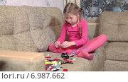 Купить «Маленькая девочка собирает модель из конструктора, камера фокусируется на лицо», видеоролик № 6987662, снято 12 января 2015 г. (c) Кекяляйнен Андрей / Фотобанк Лори