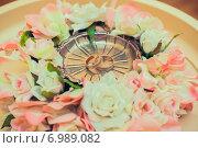 Купить «Два обручальных кольца лежат на блюдце для колец», фото № 6989082, снято 15 августа 2014 г. (c) Михаил Смиров / Фотобанк Лори