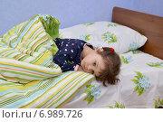 Купить «Маленькая грустная больная девочка лежит в постели», фото № 6989726, снято 20 января 2015 г. (c) Ирина Борсученко / Фотобанк Лори