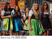Девушки в баварской одежде (2014 год). Редакционное фото, фотограф Юлия Алексеева / Фотобанк Лори