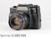 Купить «Старый пленочный зеркальный фотоаппарат на белом фоне», фото № 6989994, снято 7 февраля 2015 г. (c) Александр Степанов / Фотобанк Лори