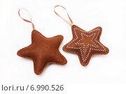 Купить «Две звёздочки из фетра, новогодние игрушки ручной работы», эксклюзивное фото № 6990526, снято 27 декабря 2014 г. (c) Dmitry29 / Фотобанк Лори